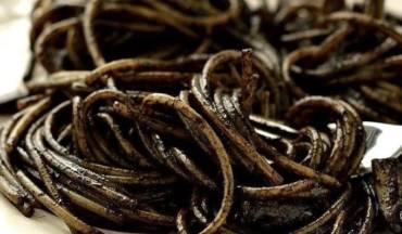 Tagliolini al nero di seppia con carciofi, gamberi, seppie e ricci di mare
