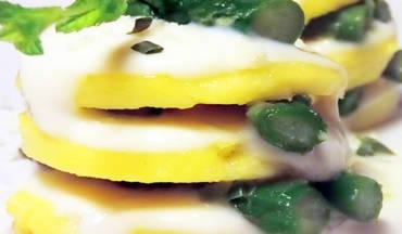 Millefoglie di gnocchi alla romana con asparagi e besciamella di pesce