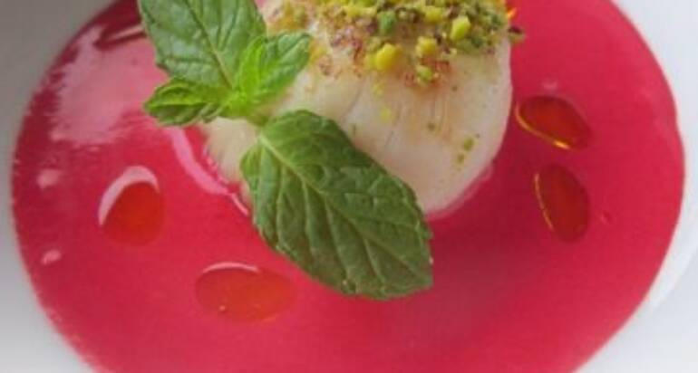 Capesanta al pistacchio su emulsione di rape all'aceto di vino bianco