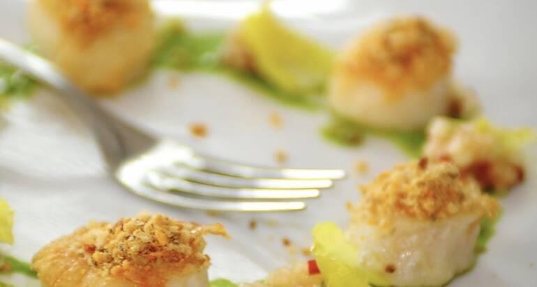 Capesante scottate con crema di lattuga, tartare di pesca e pane croccante ai capperi