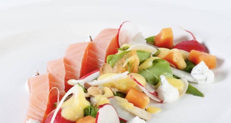 Salmone marinato allo zenzero con insalatina detox